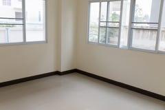 stanza con la finestra di scivolamento e la pavimentazione in piastrelle beige Fotografia Stock