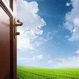 Stanza con la porta aperta al prato Immagini Stock Libere da Diritti