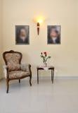 Stanza con la presidenza e la tabella Fotografie Stock Libere da Diritti