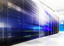 Stanza con le file dell'hardware del server nel centro dati Immagine Stock