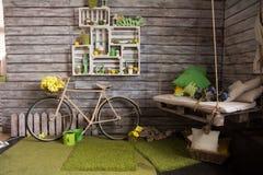 Stanza con le pareti di legno con una vecchia bicicletta fotografia stock