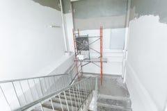 Stanza con le scale durante rinnovamento, il ritocco e la costruzione di sotto immagine stock libera da diritti
