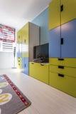 Stanza con mobilia incorporata colourful immagine stock