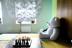 Stanza con scacchi e l'giocattolo-orso Fotografia Stock Libera da Diritti
