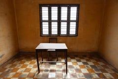 Stanza con una tabella, ascetico e vecchio con le mattonelle fotografia stock libera da diritti