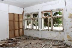 Stanza in costruzione abbandonata con le pareti e le finestre rotte Immagine Stock Libera da Diritti