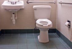 Stanza da bagno andicappata con le barre Fotografie Stock Libere da Diritti
