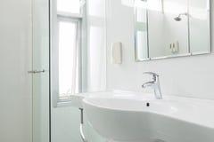 Stanza da bagno bianca Fotografie Stock Libere da Diritti