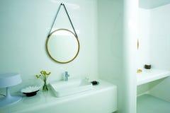 Stanza da bagno bianca costosa Fotografia Stock