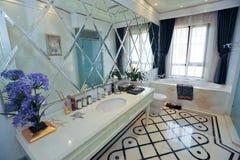 Stanza da bagno bianca e blu Fotografia Stock