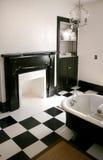 Stanza da bagno in bianco e nero con la vasca fotografie stock