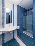 Stanza da bagno blu moderna Fotografia Stock