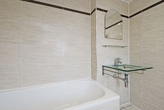 Stanza da bagno con il lavabo di vetro della mano Fotografia Stock Libera da Diritti
