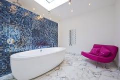 Stanza da bagno con il sofà di resto Fotografia Stock