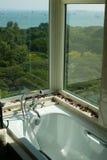 Stanza da bagno con la vista del mare Fotografie Stock Libere da Diritti