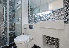 Stanza da bagno con le mattonelle di mosaico Fotografie Stock Libere da Diritti