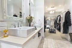 Stanza da bagno contemporanea con la camminata in abito Immagine Stock