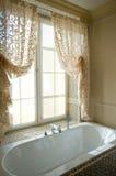 Stanza da bagno coperta di tegoli vicino alla finestra Fotografia Stock