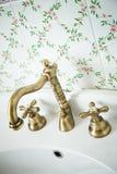Stanza da bagno dell'annata. Rubinetto Bronze. Fotografia Stock