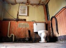 Stanza da bagno di abbandono fotografia stock