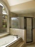 Stanza da bagno di lusso con la Jacuzzi e l'acquazzone Fotografia Stock Libera da Diritti