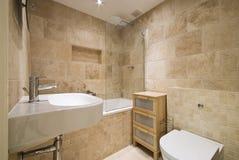 Stanza da bagno di lusso moderna con le pareti lapidate naturali Fotografia Stock Libera da Diritti