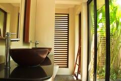 Stanza da bagno di lusso in villa tropicale fotografia stock libera da diritti