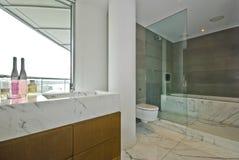 Stanza da bagno di marmo con il pavimento alla finestra del soffitto Immagine Stock Libera da Diritti
