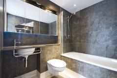 Stanza da bagno di marmo moderna con la grande vasca di bagno fotografia stock