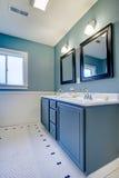 Stanza da bagno moderna classica blu e bianca. Fotografia Stock