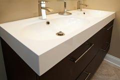 Stanza da bagno moderna con i dispositivi dell'acciaio inossidabile. Fotografia Stock Libera da Diritti