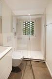 Stanza da bagno moderna con l'acquazzone immagini stock libere da diritti