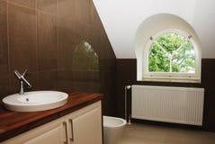 Stanza da bagno moderna con la finestra fotografie stock