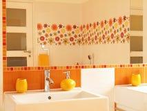 Stanza da bagno moderna con le mattonelle della decorazione del