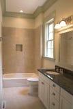 Stanza da bagno semplice con le mattonelle e la pietra Fotografie Stock Libere da Diritti