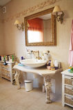 Stanza da bagno in un appartamento Fotografie Stock Libere da Diritti