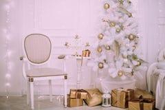 Stanza decorata di Natale con il bello albero di abete, fondo del nuovo anno Immagine Stock