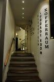 Stanza dei bagagli dell'hotel, corridoio interno con le scale Fotografia Stock Libera da Diritti