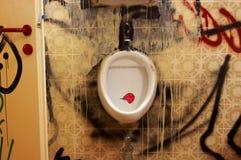 Stanza del Mens con i graffities immagini stock libere da diritti