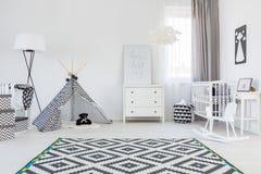 Stanza del neonato con la tenda Immagine Stock