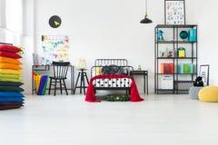 Stanza del ` s del bambino con i cuscini dell'arcobaleno Fotografie Stock Libere da Diritti