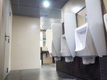 Stanza del ` s degli uomini della toilette Chiuda sulla fila della toilette pubblica degli uomini all'aperto degli orinali, Fotografie Stock Libere da Diritti