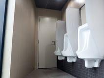 Stanza del ` s degli uomini della toilette Chiuda sulla fila della toilette pubblica degli uomini all'aperto degli orinali, orina Fotografia Stock Libera da Diritti