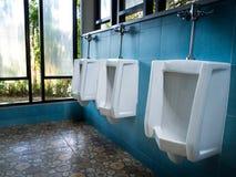Stanza del ` s degli uomini della toilette Chiuda sulla fila del toi all'aperto del pubblico degli uomini degli orinali Immagini Stock Libere da Diritti