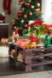 Stanza del ` s del nuovo anno, tavola di natale con i presente Fotografia Stock Libera da Diritti
