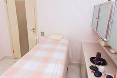 Stanza del salone di massaggio in un salone della STAZIONE TERMALE di bellezza fotografia stock libera da diritti