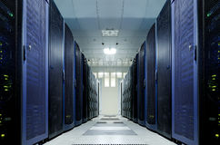 Stanza del server con attrezzatura moderna nel centro dati Fotografie Stock