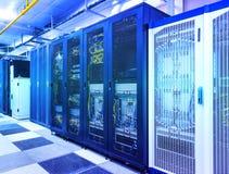 Stanza del server con i moduli di controllo in centro dati degli scaffali nell'ambito della tonalità blu fotografia stock libera da diritti