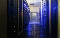 Stanza del server con l'attrezzatura moderna del server e di comunicazione Fotografia Stock