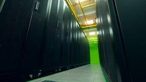 Stanza del server con le unità nere nelle file video d archivio